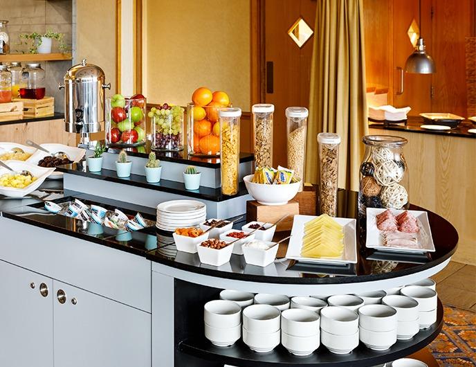 <Breakfast buffet