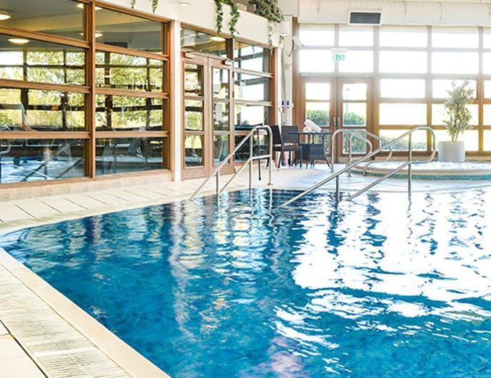 <Swimming pool